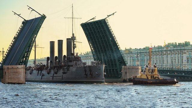 Крейсер Аврора в День ВМФ в Санкт-Петербурге