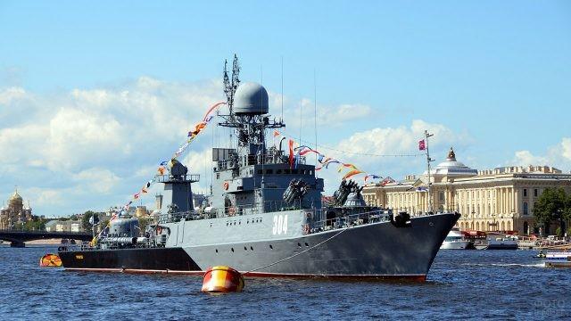 Малый противолодочный корабль Уренгой на параде в День ВМФ