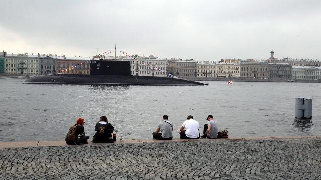 Молодежь на набережной Невы напротив субмарины в День ВМФ в Санкт-Петербурге