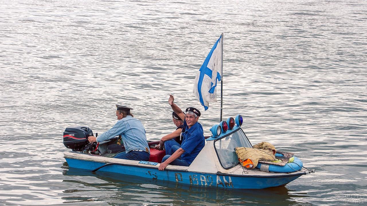 Моряки в День ВМФ катаются на катере