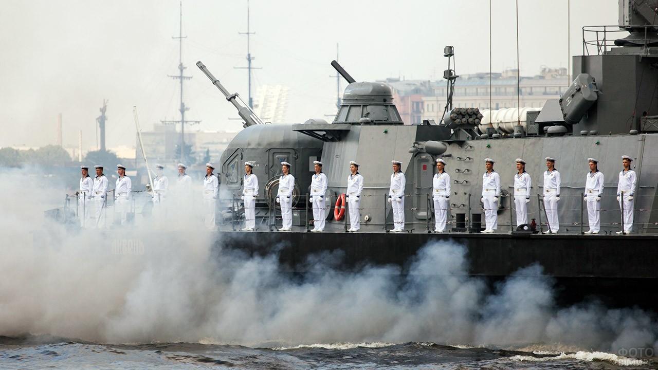 Моряки в парадной форме на палубе корабля ВМФ во время парада в Санкт-Петербурге