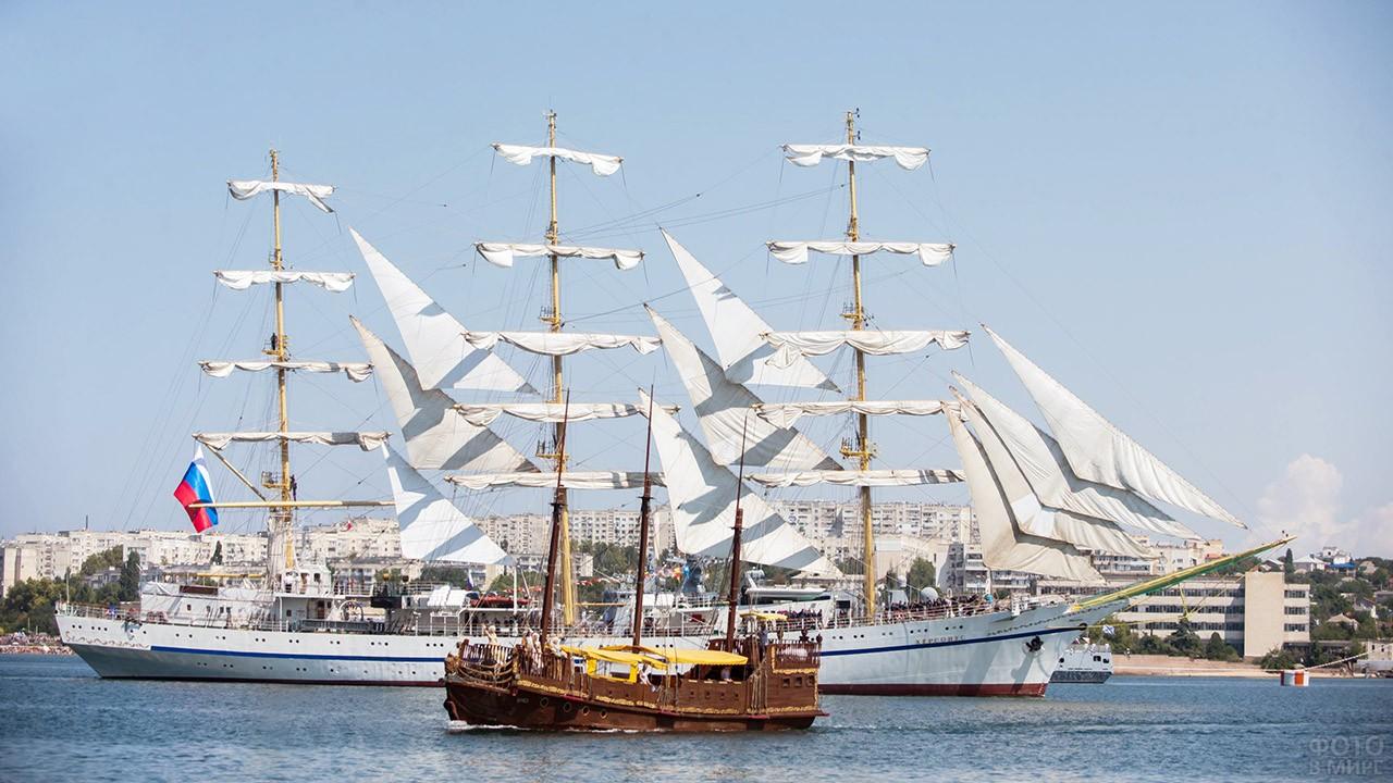 Нарядные парусники в День ВМФ у набережной в Симферополе