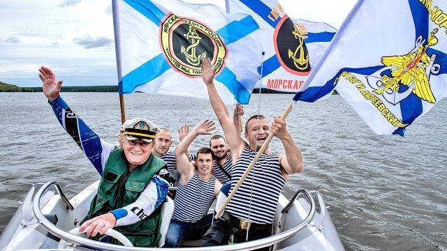 Отмечающие День ВМФ на катере