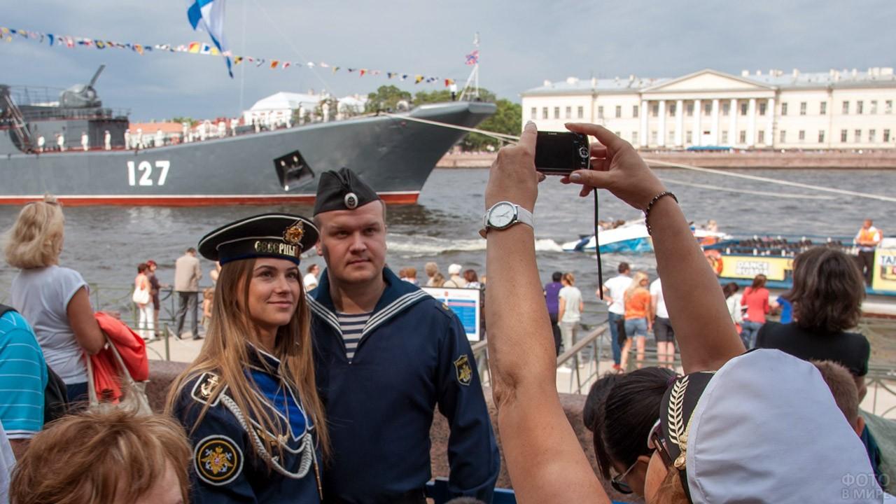 Парочка фотографируется в День ВМФ на набережной