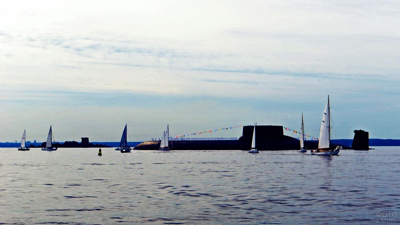 Парусные яхты вокруг субмарины в Финском заливе в День ВМФ