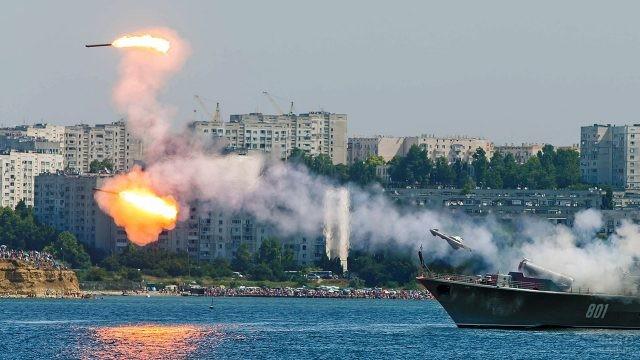Показательный запуск ракет в День ВМФ в Севастополе
