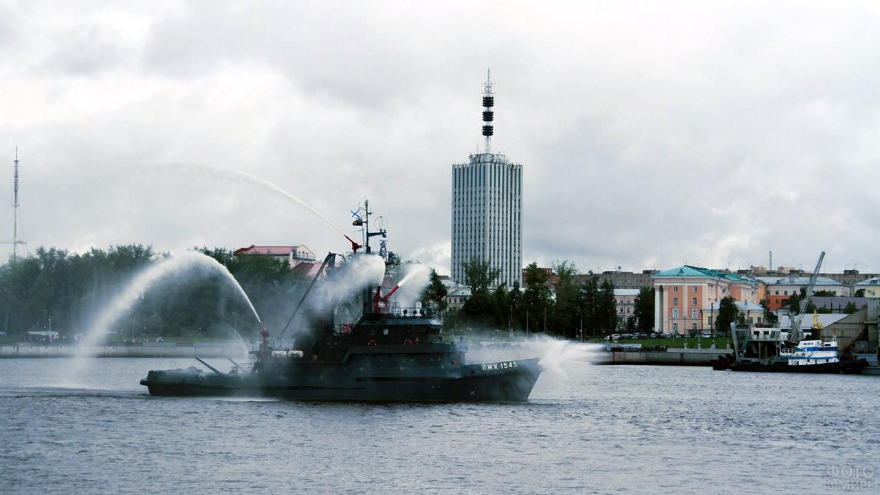 Праздничный фонтан из брандспойтов в День ВМФ в Архангельске