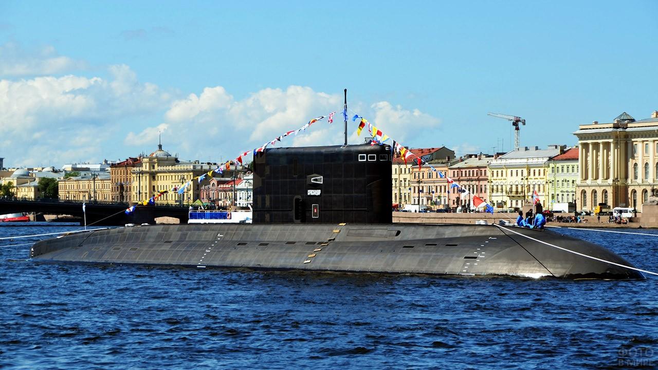 Субмарина Краснодар на параде в День ВМФ в Санкт-Петербурге