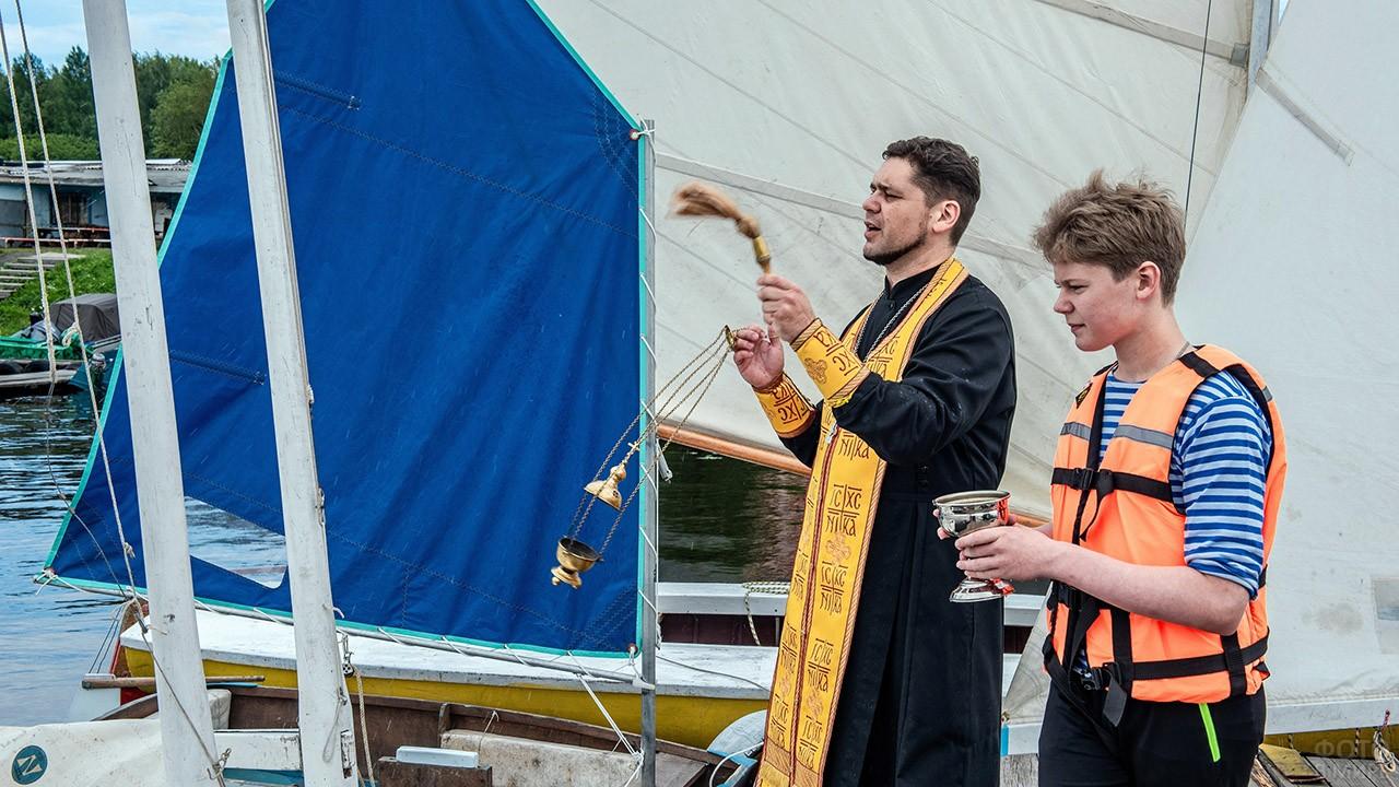 Священник и юнга освящают корабль в День ВМФ