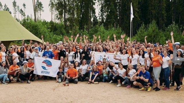 Участники спортивного праздника в честь Дня ВМФ в пригороде Санкт-Петербурга