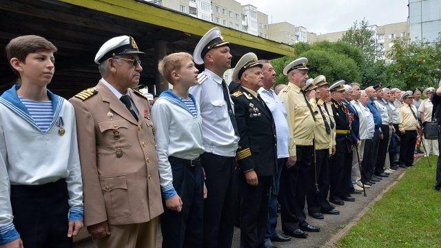 Ветераны и курсанты ВМФ в свой профессиональный праздник в Великом Новгороде