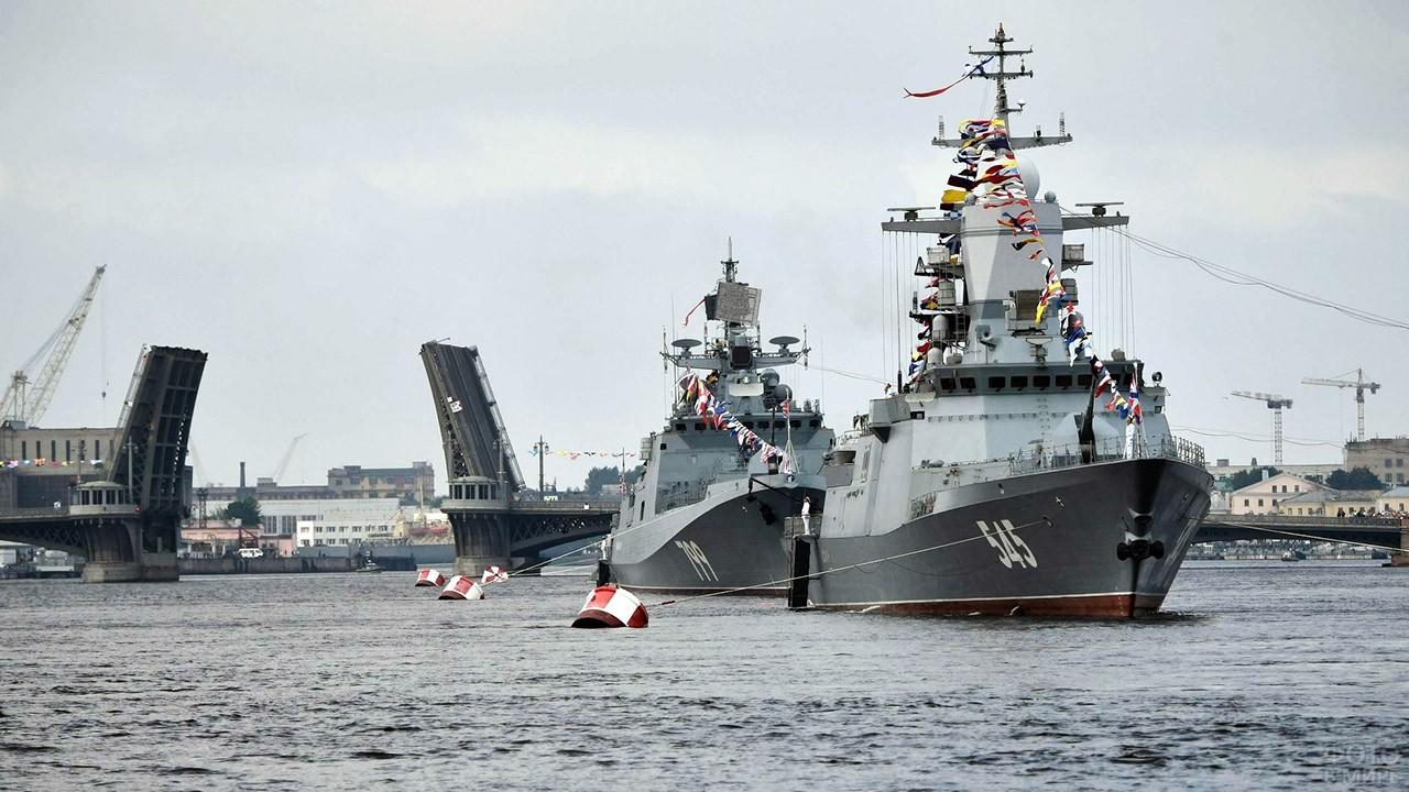 Военно-морской парад на Неве в Петербурге