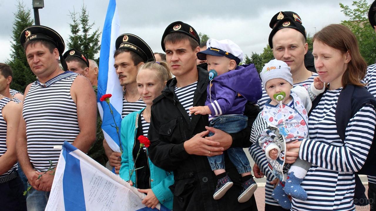 Военные моряки в День ВМФ с семьями