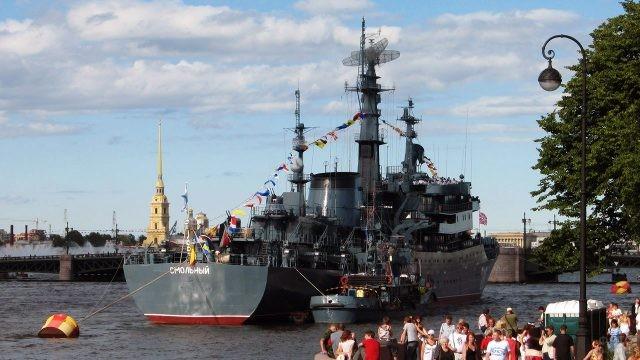 Зрители и участники парада в День ВМФ в Санкт-Петербурге