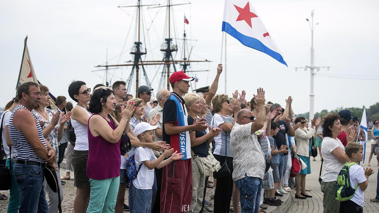 Зрители парада в День ВМФ на Волге