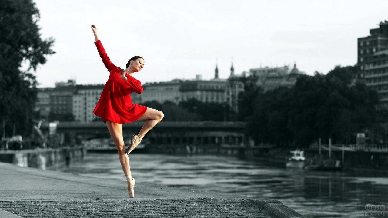 Девушка в красном платье на набережной