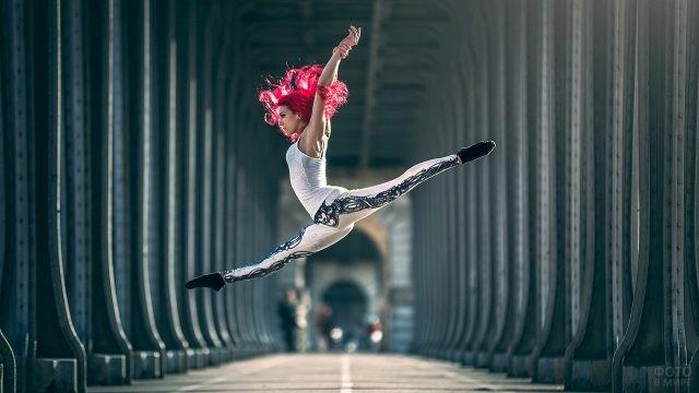 Оригинальная танцовщица в прыжке
