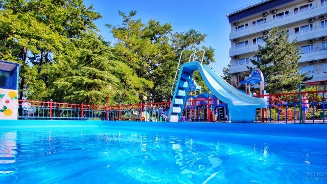 Детский бассейн с горкой при отеле