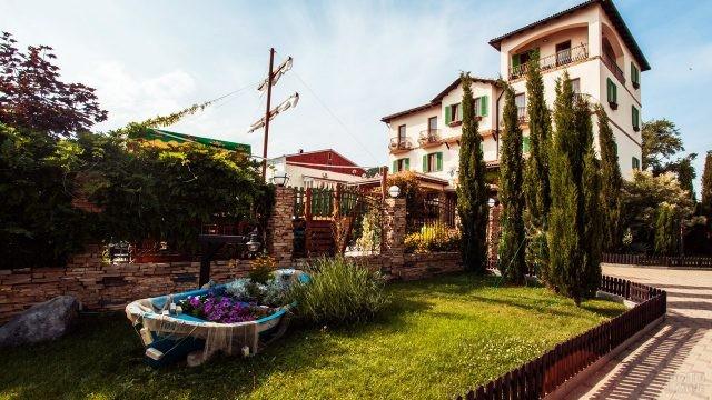 Ландшафтный дизайн на улице курорта Небуг