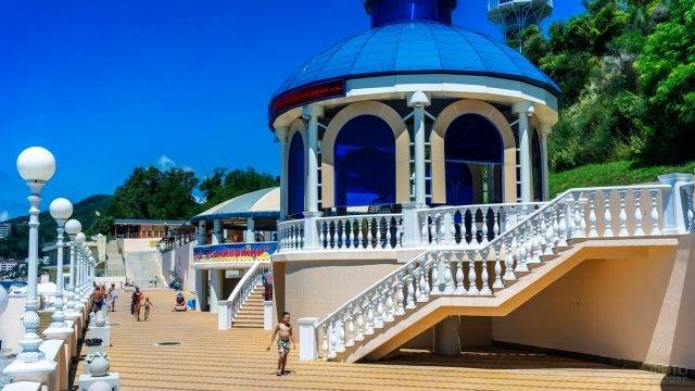 Набережная у пляжа Прометей