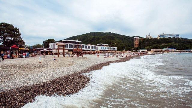 Панорама галечного пляжа