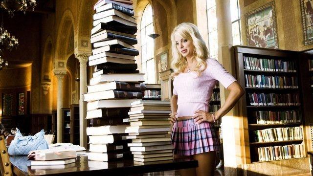 Анна Фэрис в библиотеке