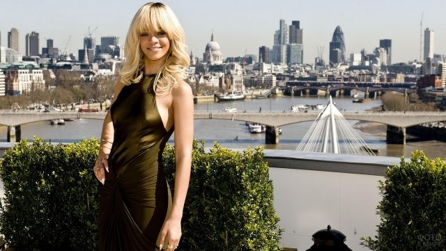 Блондинка на фоне города