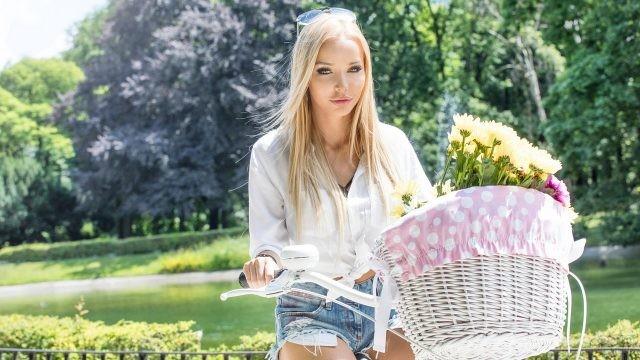 Блондинка на велосипеде с корзиной цветов