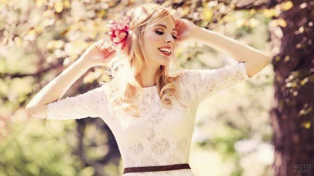 Девушка в ажурном платье с цветком в волосах