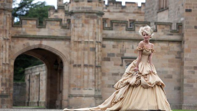 Девушка в старинном платье у замка