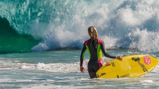 Сёрфингистка ждёт волну