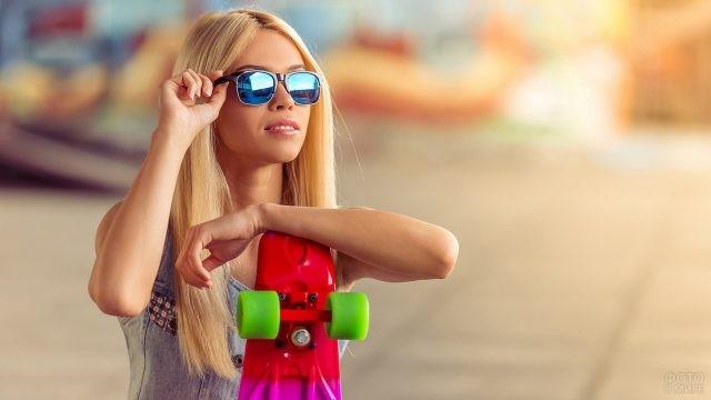 Скейтбордистка в синих солнцезащитных очках