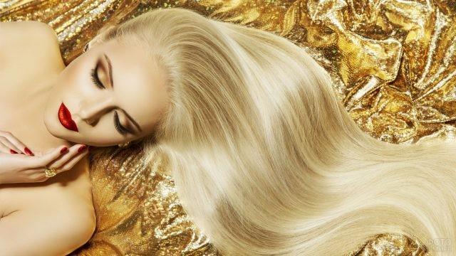 Ухоженная блондинка с красивыми волосами