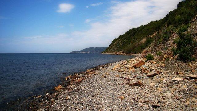 Безлюдный дикий пляж