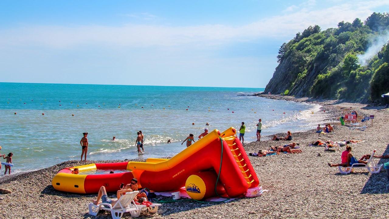 Детская горка с бассейном на пляже