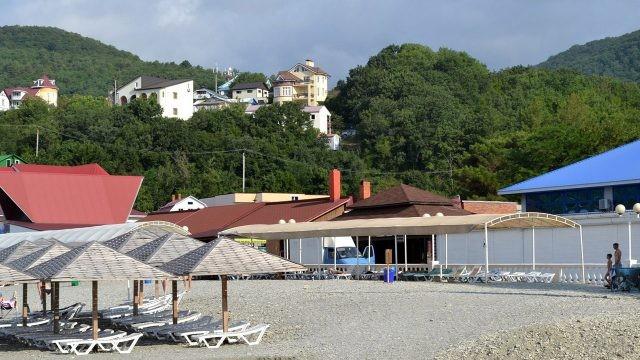 Крыши пансионатов и гостиниц над пляжем