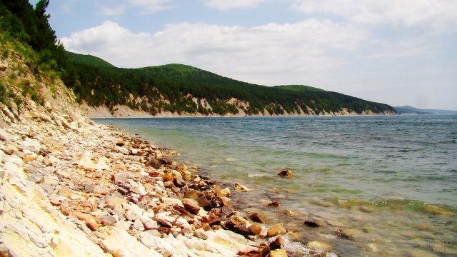 Морское побережье с дикими пляжами у скал