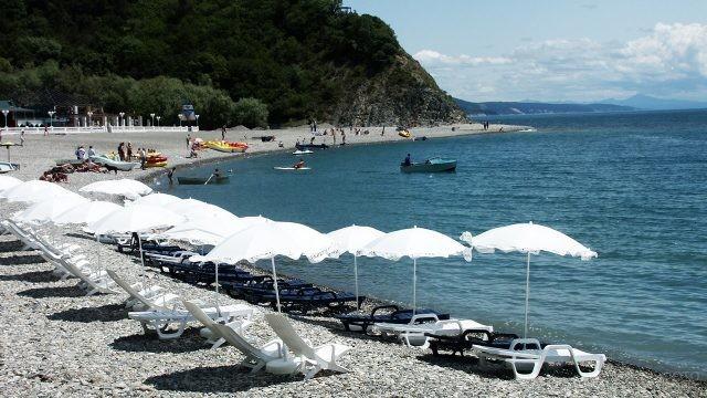 Нарядные зонтики над шезлонгами на пляже