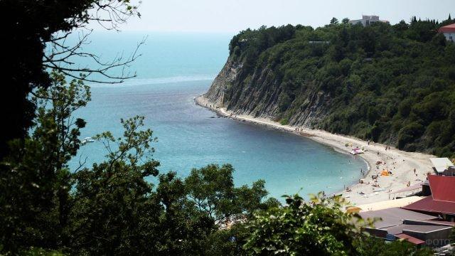 Панорама пляжа среди зелёных холмов