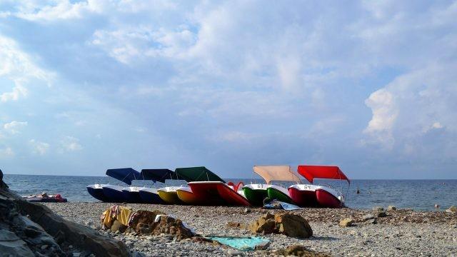 Прогулочные катера на галечном пляже