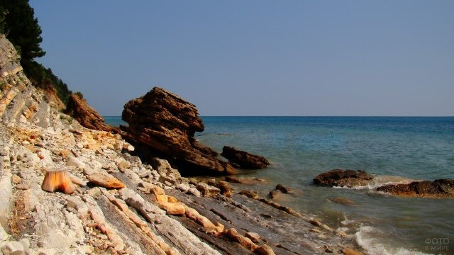 Скалистый берег Чёрного моря