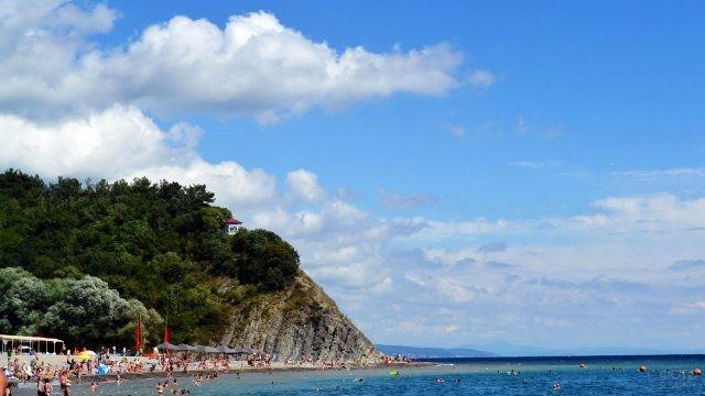 Смотровая площадка на вершине холма над пляжем