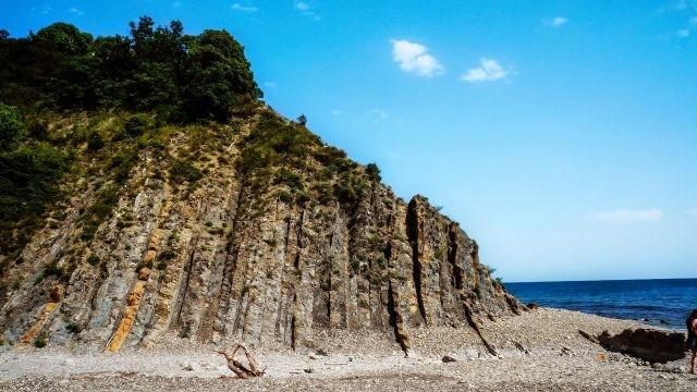 Живописная скала на диком пляже