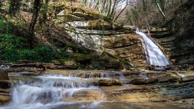 Живописный водопад в Плесецкой щели