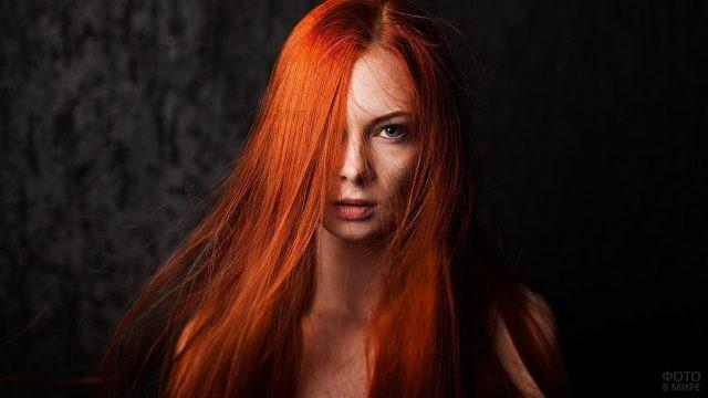 Девушка с ярко-рыжими волосами