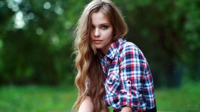 Девушка с волнистыми волосами в рубашке