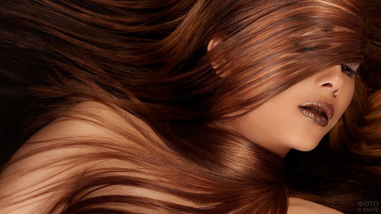 Шатенка, прикрытая своими волосами