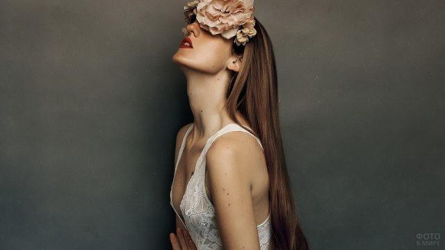 Шатенка с цветком на голове
