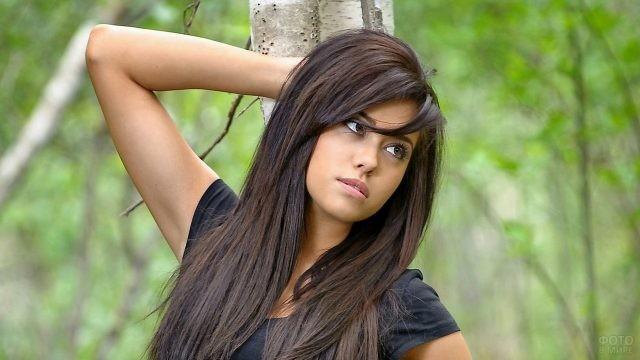 Смуглая брюнетка с длинными волосами