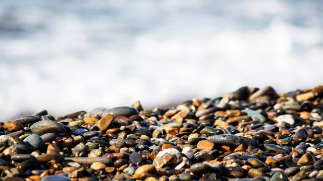Мелкая галька пляжа в Вардане